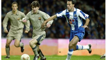 Aksi Lionel Messi dalam laga debut bareng tim utama Barcelona, 16 November 2003. - INDOSPORT
