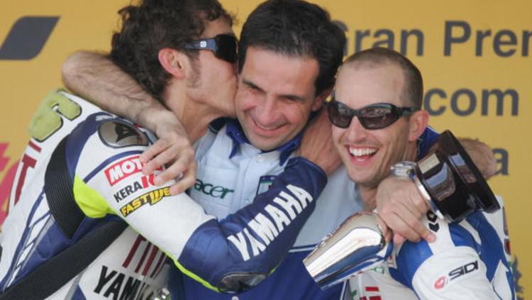 Davide Brivio bersama Valentino Rossi dan Colin Edwards saat masih berada di Yamaha. Copyright: (Photo by Julian Finney/Getty Images)
