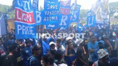 Indosport - Melalui gerakan MMGA, Aremania menyuarakan aspirasi menuntut berakhirnya dualisme Arema di depan gedung DPRD Kota Malang.