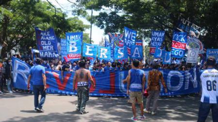 Aremania sempat menyuarakan aspirasi menuntut berakhirnya dualisme Arema di depan gedung DPRD Kota Malang. - INDOSPORT