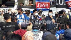 Indosport - Wali Kota Malang, Sutiaji memberi respon dengan menemui Aremania.