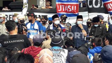 Wali Kota Malang, Sutiaji memberi respons dengan menemui Aremania. - INDOSPORT