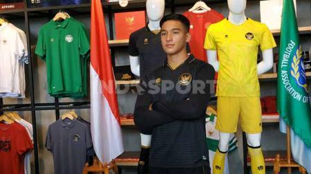 Peluncuran Jersey ketiga Timnas Indonesia, tampak penggawa Timnas Indonesia U-19 Jack Brown menjadi model dengan baju Jersey ketiga dengan warna dominan hitam. - INDOSPORT