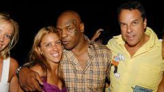 Indosport - Dori Cooperman (baju ungu) dipeluk mesra Mike Tyson