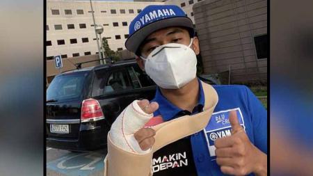 Pembalap Indonesia, Galang Hendra Pratama, menunjukkan tangannya yang cedera setelah terjatuh di Circuit de Barcelona-Catalunya pada 20 September 2020. - INDOSPORT