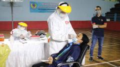 Indosport - KONI Jawa Barat melakulan swab test kepada atlet, pelatih, dan mekanik yang tergabung dalam tim Pelatda Jabar.