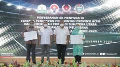 Indosport - Menpora Zainudin Amali (dua kiri), foto bersama dengan perwakilan Sumut dan Aceh usai menyerahkan SK Pelaksanaan PON 2024.