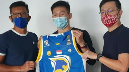Abraham Damar Grahita mengaku tidak menemui kesulitan untuk beradaptasi dengan tim Prawira Bandung dalam persiapan menghadapi Kompetisi IBL 2021. - INDOSPORT