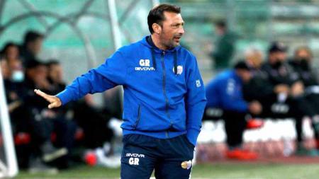 Lakukan aksi gila diluar nalar, pelatih klub gurem Liga Italia ini diketahui harus menerima sanksi berat atas aksinya tersebut. - INDOSPORT