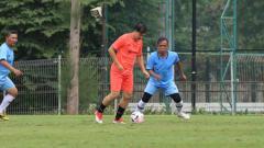 Indosport - Aksi Ricky Yakobi sebelum meninggal dunia di Lapangan A Senayan