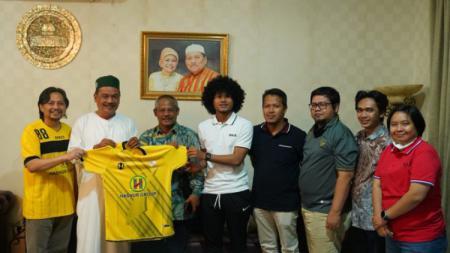 Bagus Kahfi bersama dengan manajemen Barito Putera. - INDOSPORT