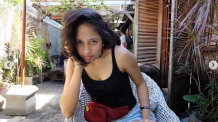 Artis multitalenta Sitha Marino membuat netizen gagal fokus karena foto estetiknya berbikini di pinggir pantai terunggah di media sosial. - INDOSPORT