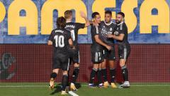 Indosport - Selebrasi para pemain Real Madrid atas gol Mariano Diaz ke gawang Villarreal pada pertandingan Liga Spanyol, Sabtu (21/11/20).