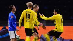 Indosport - Pemain Borussia Dortmund, Emre Can dan Erling Braut Haaland, berselebrasi gol ke gawang Hertha Berlin pada pertandingan Bundesliga, Minggu (22/11/20) dini hari WIB.