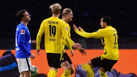 Pemain Borussia Dortmund, Emre Can dan Erling Braut Haaland, berselebrasi gol ke gawang Hertha Berlin pada pertandingan Bundesliga, Minggu (22/11/20) dini hari WIB. - INDOSPORT