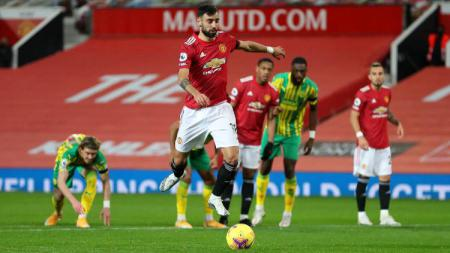Proses gol penalti Manchester United yang dicetak Bruno Fernandes ke jala West Brom dalam pertandingan Liga Inggris, Minggu (22/11/20) dini hari WIB. - INDOSPORT
