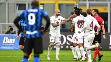 Simone Zaza merayakan golnya bersama pemain Torino usai membobol gawang Inter Milan pada pertandingan Liga Italia, Minggu (22/11/20). - INDOSPORT