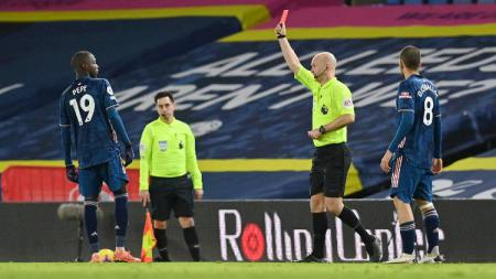 Pemain Arsenal, Nicolas Pepe, mendapat kartu merah saat menghadapi Leeds United dalam pertandingan Liga Inggris, Senin (23/11/20) dini hari WIB. - INDOSPORT