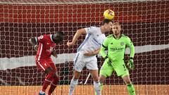Indosport - Proses gol bunuh diri pemain Leicester, Jonny Evans, saat melawan Liverpool pada pertandingan Liga Inggris, Senin (23/11/20) dini hari WIB.