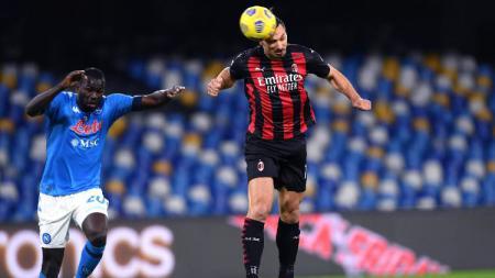 Proses gol striker AC Milan, Zlatan Ibrahimovic, ke gawang Napoli pada pertandingan Liga Italia, Senin (23/11/20) dini hari WIB. - INDOSPORT