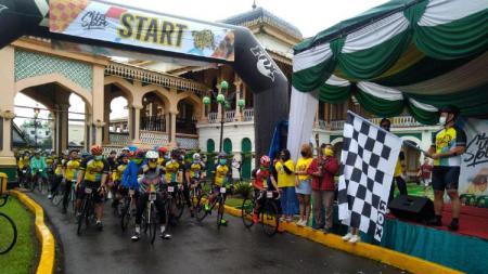 Ketua PB ISSI Raja Sapta Oktohari melepas start Tour de Deli 2020 di Istana Maimon, Medan, Minggu (22/11/20) pagi. - INDOSPORT