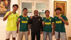 Indosport - Empat pemain Persebaya sebelum terbang ke Inggris mengikut program Garuda Select.