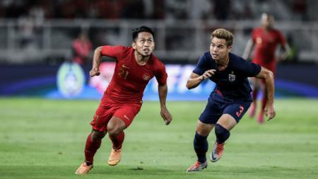 Andik Vermansah (kiri) saat membela Timnas Indonesia menghadapi Thailand dalam ajang Kualifikasi Piala Dunia 2022. - INDOSPORT