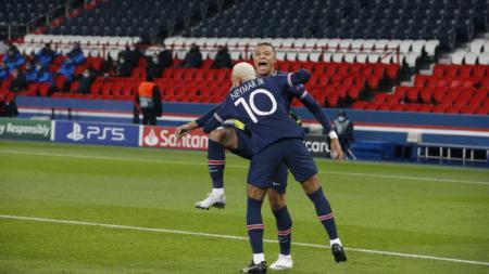 Neymar memeluk Kylian Mbappe setelah PSG unggul 1-0 atas RB Leipzig - INDOSPORT