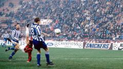 Indosport - Aksi tendangan salto Marco van Basten dalam pertandingan Liga Champions antara AC Milan vs IFK Goteborg, 25 November 1992.