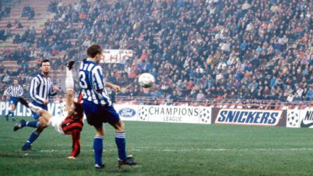 Aksi tendangan salto Marco van Basten dalam pertandingan Liga Champions antara AC Milan vs IFK Goteborg, 25 November 1992. - INDOSPORT