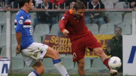 Francesco Totti melepaskan tembakan voli spektakuler dalam pertandingan Serie A Italia antara Sampdoria vs AS Roma, 26 November 2006. - INDOSPORT