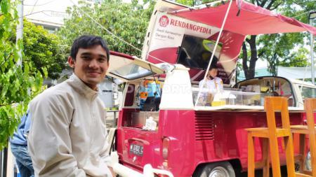 Bek Persib Bandung, Zalnando, memilih menggunakan VW Combi untuk Foodtruck Rendangpedia, Rabu (25/11/20). - INDOSPORT
