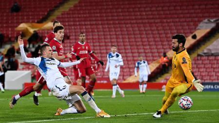 Pemain Atalanta, Josip Ilicic, membobol gawang Liverpool yang dijaga Alisson dalam pertandingan Liga Champions, Kamis (26/11/20) dini hari WIB. - INDOSPORT