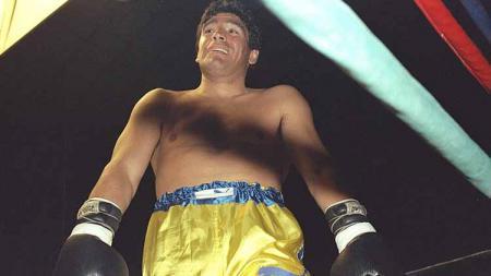 Diego Maradona saat naik ring tinju di tahun 1996. - INDOSPORT