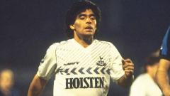 Indosport - Meski namanya identik dengan Napoli, Maradona pernah bermain untuk Tottenham Hotspur. Ketika itu, ia bahkan terpaksa meminjam sepatu. Seperti apa kisahnya?