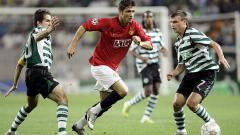 Indosport - Aksi Cristiano Ronaldo dalam pertandingan Liga Champions antara Manchester United vs Sporting CP, 27 November 2007.