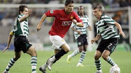 Aksi Cristiano Ronaldo dalam pertandingan Liga Champions antara Manchester United vs Sporting CP, 27 November 2007. - INDOSPORT