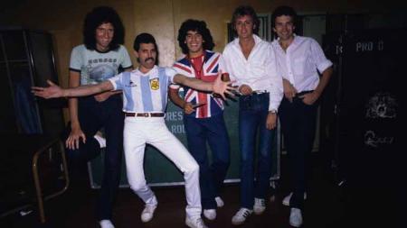 Terungkap jika ternyata berpuluh-puluh tahun yang lalu Diego Armando Maradona pernah menjadi personil band kenamaan asal Inggris, Queen. - INDOSPORT