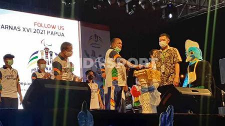 Ketua Harian PB Peparnas, Doren Wakerkwa, saat meluncurkan logo, maskot, tema, tagline dan jingle Peparnas XVI. - INDOSPORT