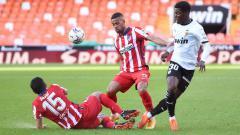 Indosport - Situasi perebutan bola antara para pemain Atletico Madrid dan Valencia