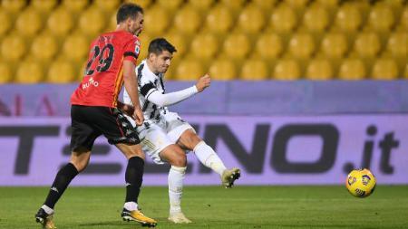 Proses gol pemain Juventus, Alvaro Morata, ke gawang Benevento dalam pertandingan Liga Italia, Minggu (29/11/20) dini hari WIB. - INDOSPORT
