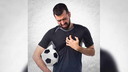Ilustrasi pemain sepak bola terkena serangan jantung - INDOSPORT