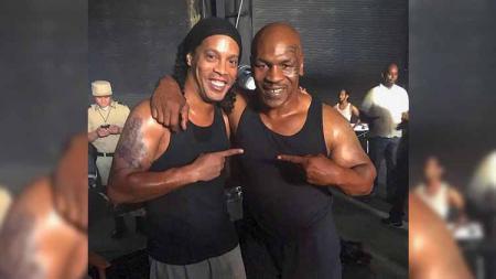 Ronaldinho dan Mike Tyson. - INDOSPORT