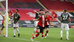 Indosport - Pemain Southampton, Jan Bednarek, membobol gawang Manchester United yang dijaga David De Gea pada pertandingan Liga Inggris, Minggu (29/11/20)