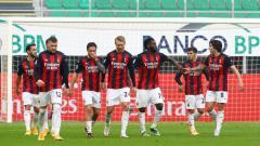 Indosport - Para pemain AC Milan merayakan gol Franck Kessie kontra Fiorentina pada pertandingan Liga Italia, Minggu (29/11/20)