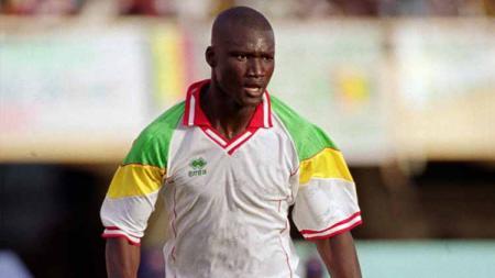 Legenda Liga Inggris sekaligus sosok yang menghancurkan mimpi Prancis di Piala Dunia 2002, Papa Bouba Diop, dikabarkan telah meninggal dunia. - INDOSPORT