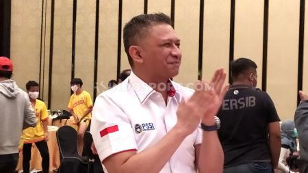Waketum PSSI, Iwan Budianto, pantau kesiapan Stadion Si Jalak Harupat, Kabupaten Bandung, Sabtu (28/11/20). - INDOSPORT