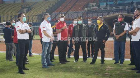 Rombongan Kemenpora, KemenPUPR, dan PSSI saat meninjau Stadion Si Jalak Harupat, Kabupaten Bandung. - INDOSPORT