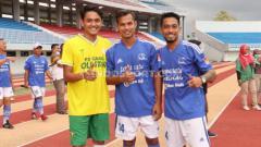 Indosport - I Nyoman Sukarja (tengah) bersama Martinus Novianto dan Anggo Julian.