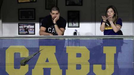 Tangis putri pertama Diego Maradona pecah usai Boca Juniors memberikan tribut menyentuh untuk sang legenda. - INDOSPORT